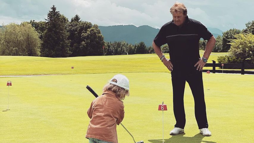 Süß! Hier golft Wayne Carpendales Sohn Mads mit Opa Howard