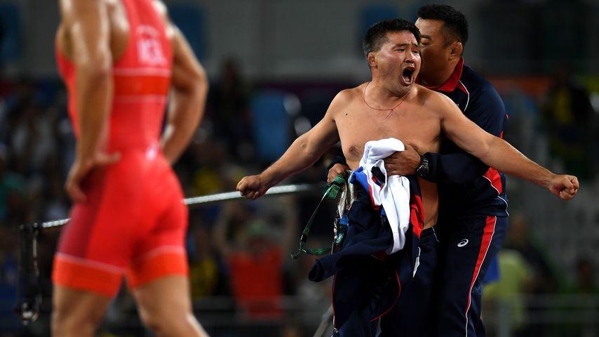 Protest-Strip: Olympia-Trainer rasten aus & ziehen blank