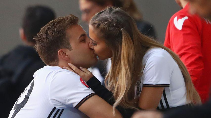 Süß! Ann-Kathrin Brömmel & ihr Bruder zusammen beim EM-Spiel