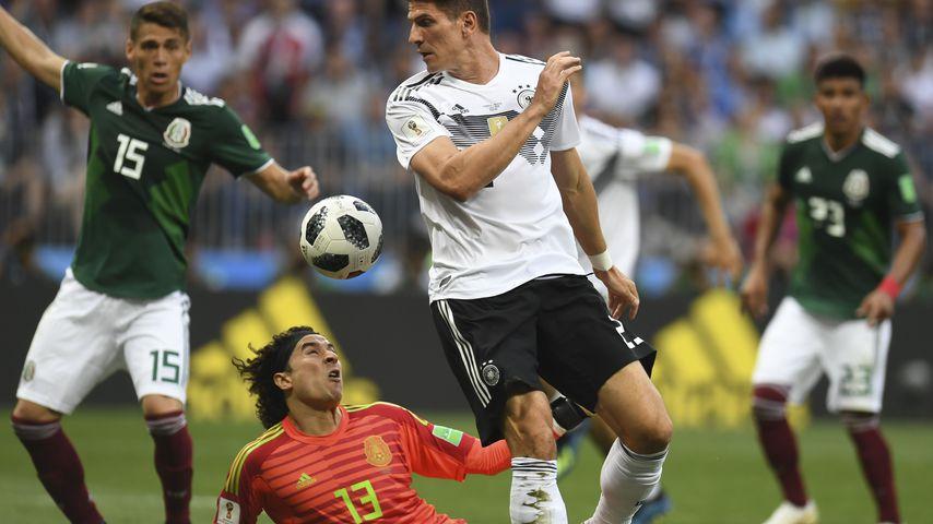 Mario Gomez im Kampf mit Mexikos Torwart Guillermo Ochoa während des WM-Spiels