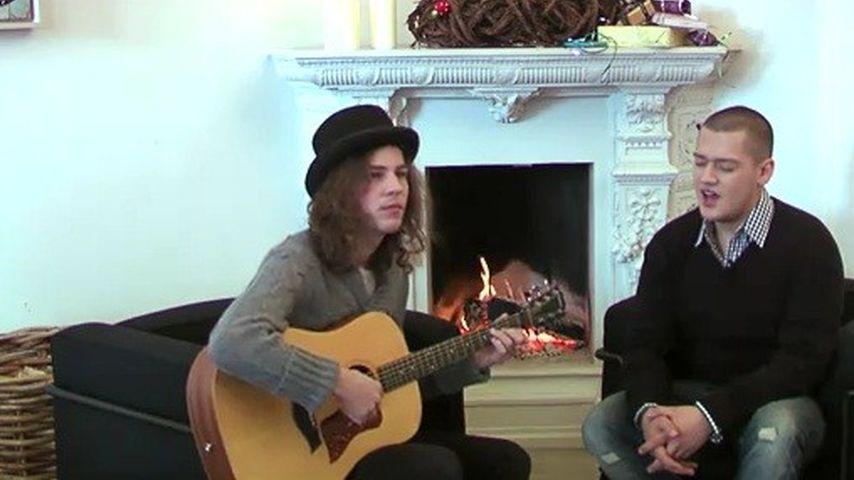 Kuschelstimmung: Marlon und Mati singen vorm Kamin