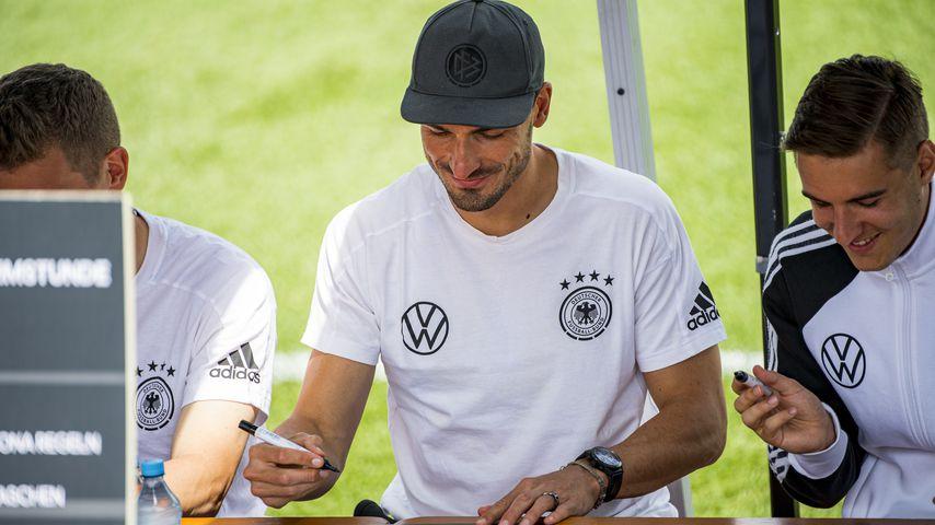 Mats Hummels und Florian Neuhaus beim Unterschreiben