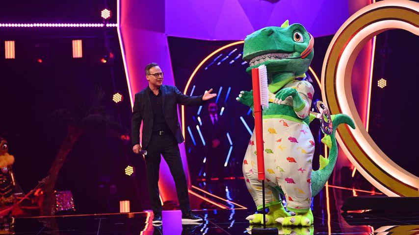 """Matthias Opdenhövel und der Dinosaurier bei """"The Masked Singer"""""""