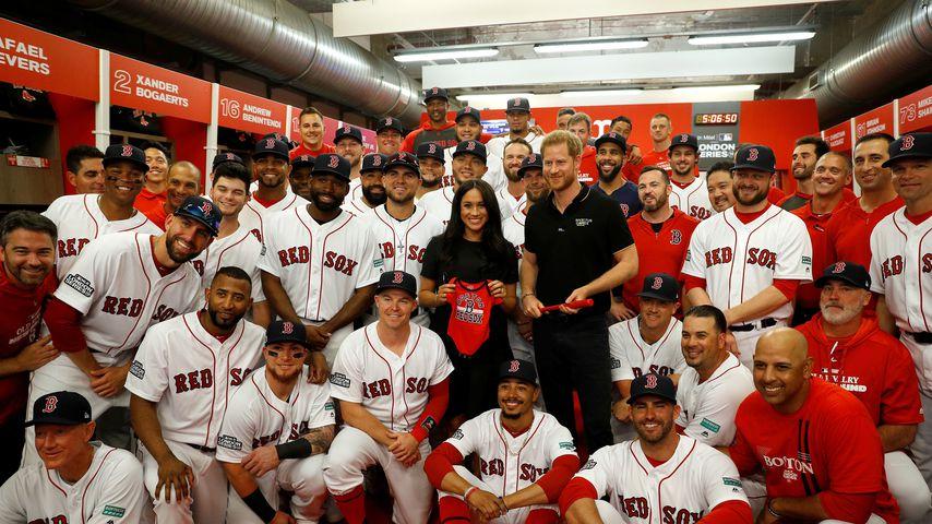 Herzogin Meghan und Prinz Harry mit den Red Sox