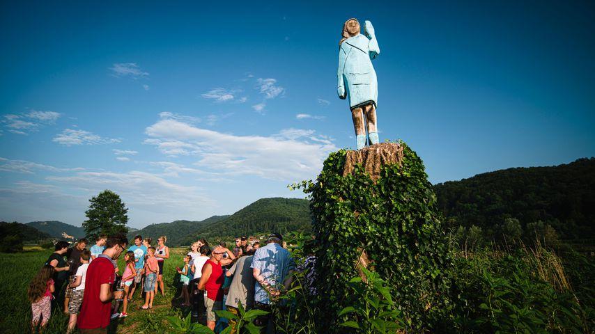 """Melania Trumps Holzfigur der Künstler Brad Downey und Ales """"Maxi"""" Zupevc in Slowenien"""