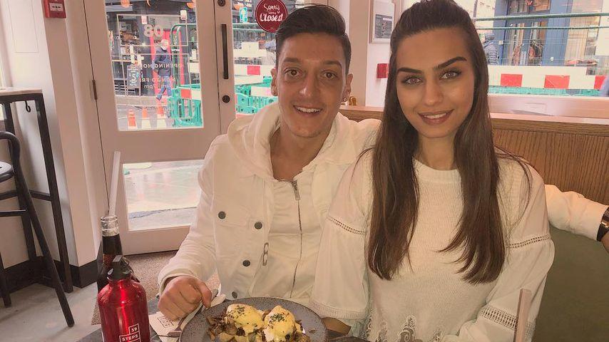 Mesut Özil und Amine Gülse beim gemeinsamen Frühstück
