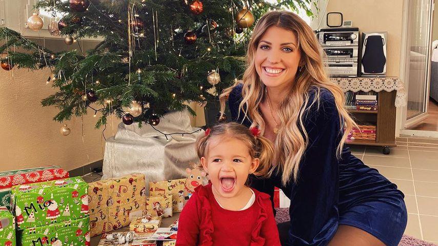 Mia Rose und Sarah Harrison vor dem Weihnachtsbaum