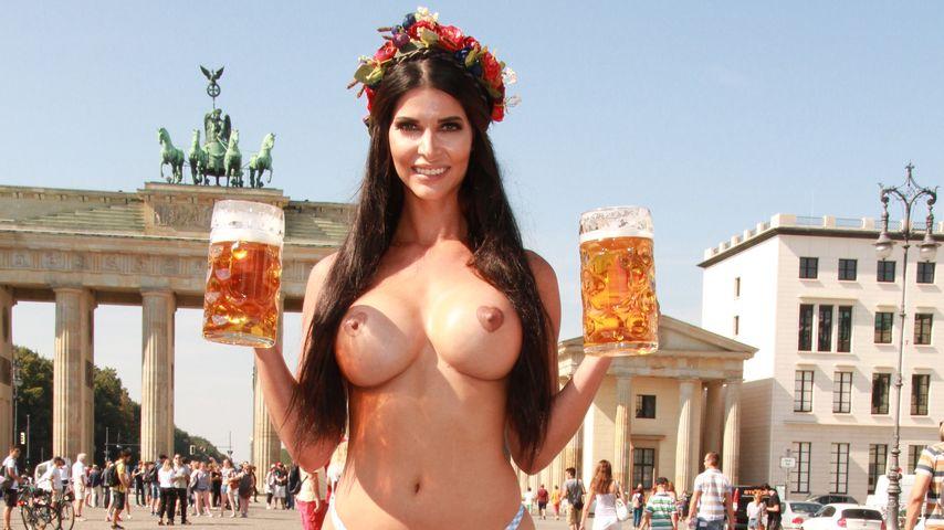 Micaela Schäfer posiert mit Bier in Berlin