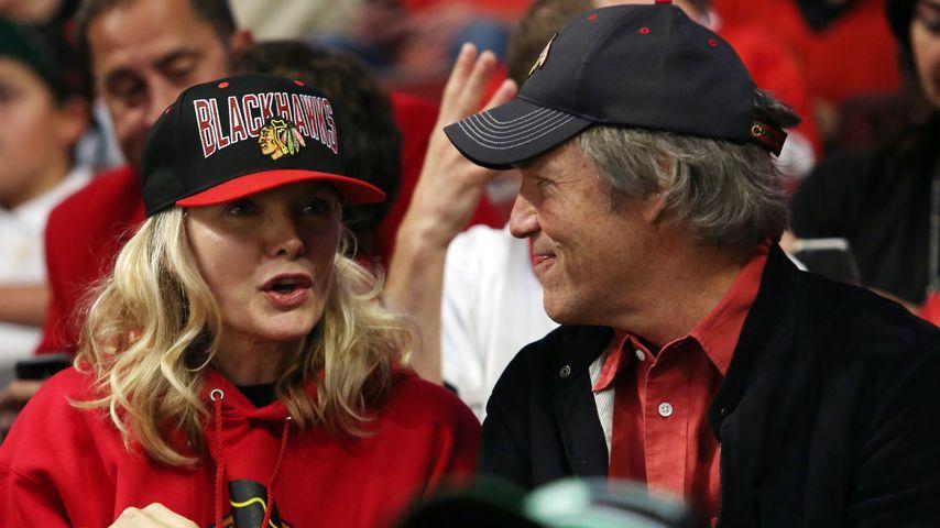 Michelle Pfeiffer und David E. Kelley bei einem Eishockey-Spiel