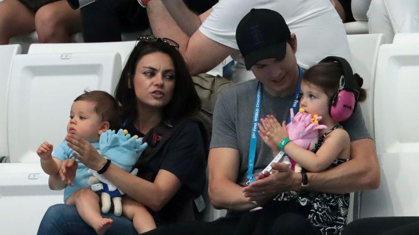 Mila Kunis, Ashton Kutcher und ihre Kinder Dimitri und Wyatt bei der Schwimm-WM in Budapest