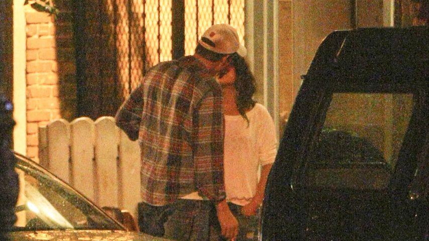 Süß! Mila Kunis & Ashton knutschen auf der Straße