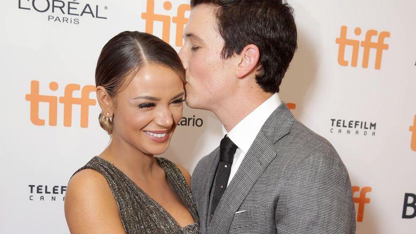 Küsschen! Miles Teller schmust verliebt auf dem Red Carpet