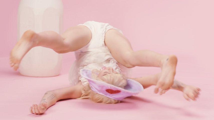Total gaga! Miley Cyrus spielt im neuen Video ein Baby