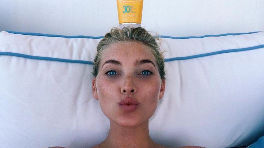 Model Elsa Hosk mit Sonnencreme