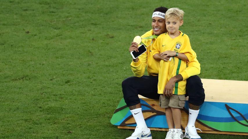 Fußballer Neymar mit seinem Sohn in Rio