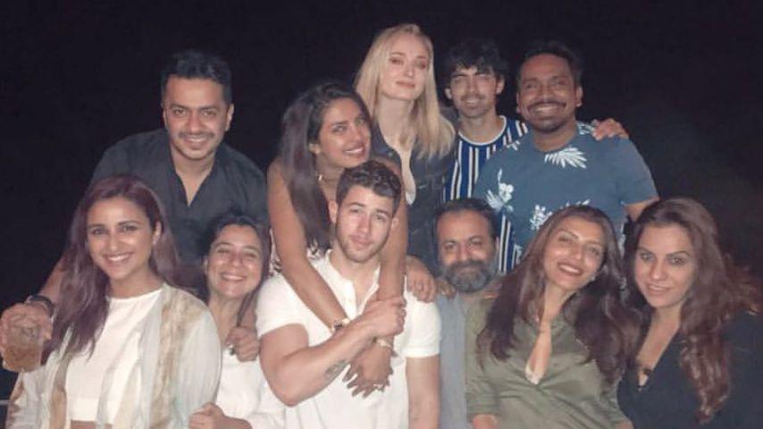 Nick Jonas, Priyanka Chopra, Sophie Turner und Joe Jonas mit Familie und Freunden