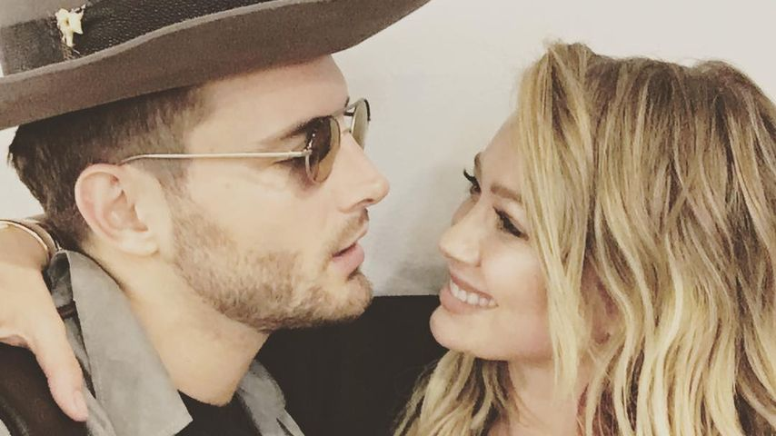"Hilary Duff mit Co-Star Nico Tortorella beim Podcast ""The Love Bomb"""
