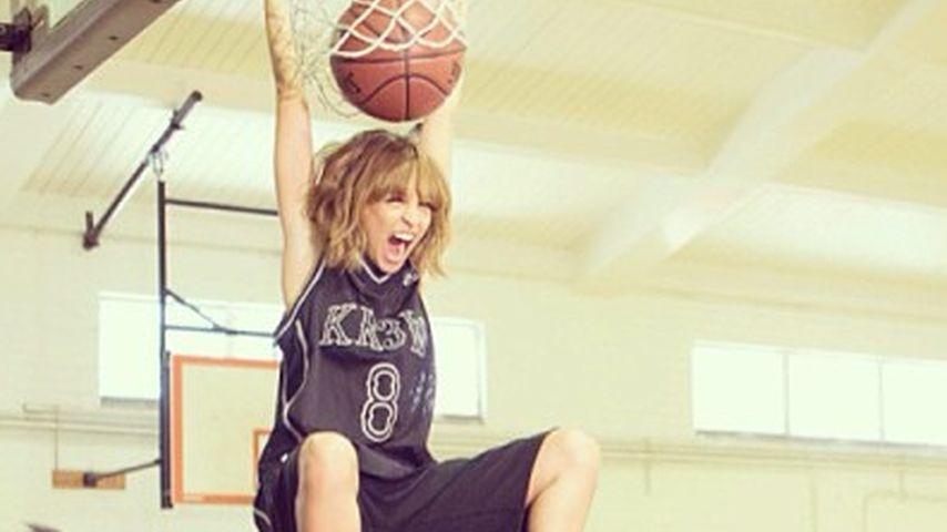 B-Ball-Baby: Nicole Richie schafft drolligen Dunk
