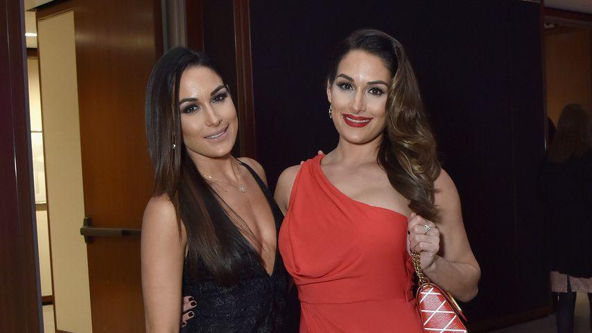 Brie Bella mit ihrer Schwester Nikki, Dezember 2015