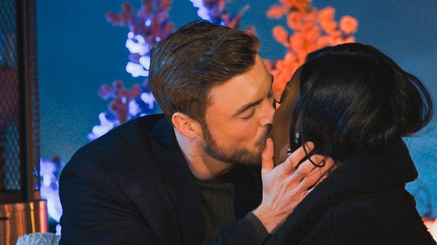 Vier in einer Folge: Bachelor Niko küsst Linda in Rosennacht