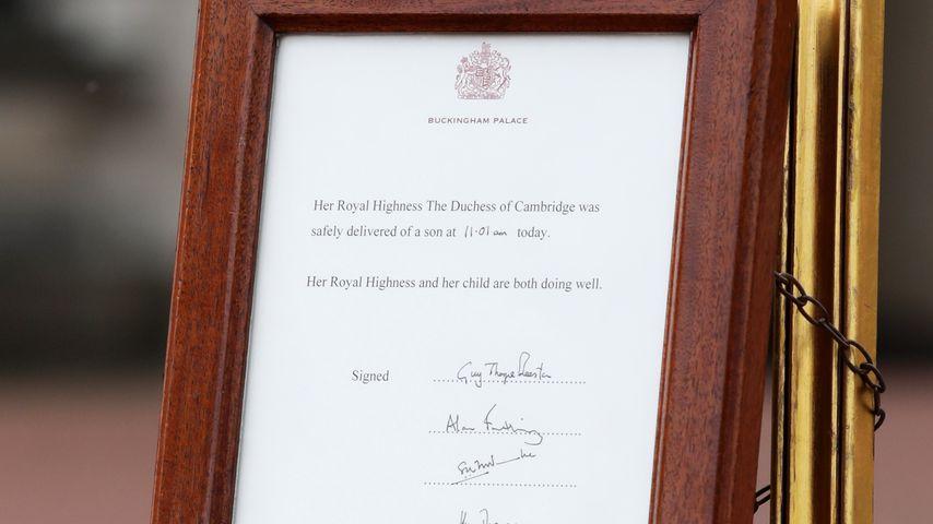 Offizielle Notiz über die Geburt von Prinz Louis vor dem Buckingham Palace