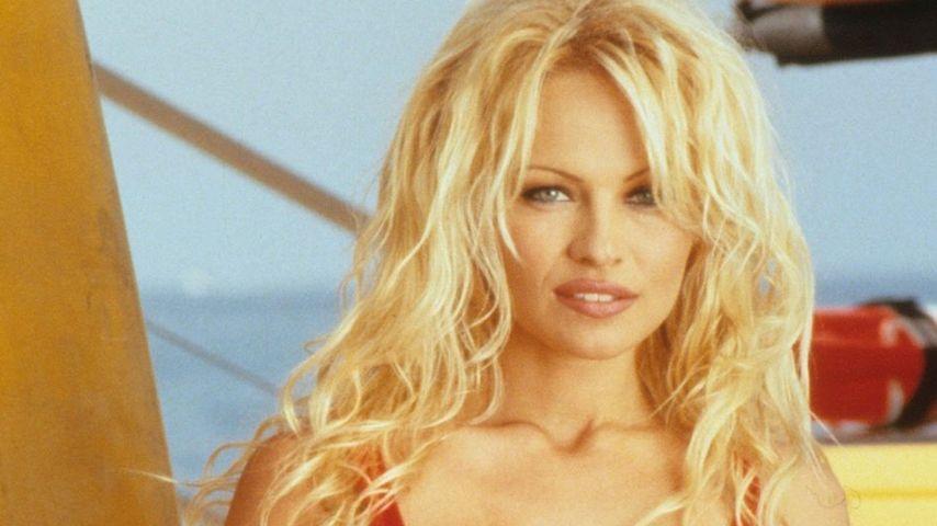 Wie früher: Pamela Anderson als Strand-Beauty