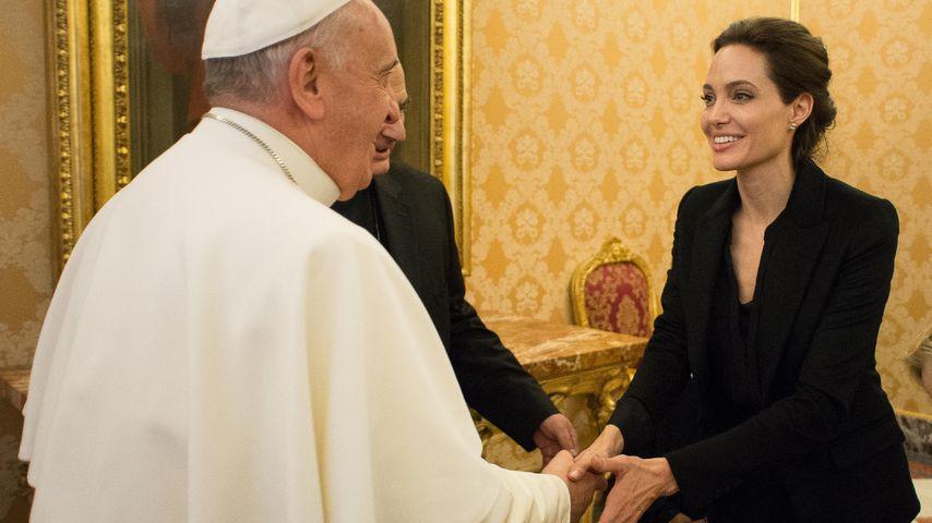 Wahnsinn! Angelina Jolie reicht dem Papst die Hand