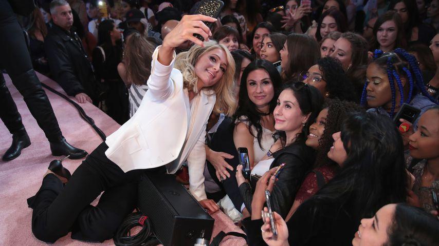 Paris Hilton posiert mit Fans auf dem Beautycon Festival in NYC im April 2018