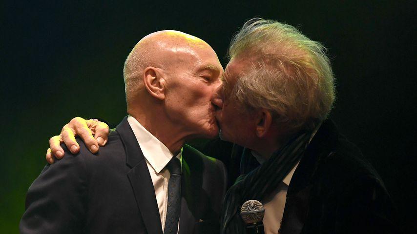 Live auf der Bühne: Patrick Stewart & Ian McKellen knutschen