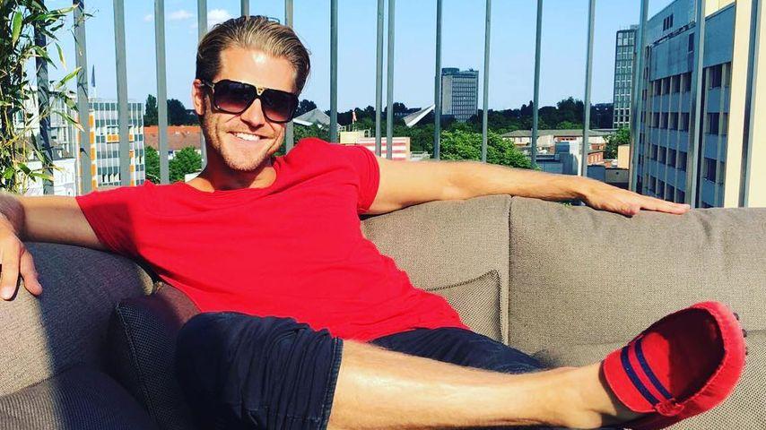 Paul Janke sitzt auf einer Hotelterrasse in Hamburg