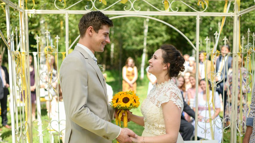 """Paul (Sandro Kirtzel) und Romy (Désirée von Delft) bei ihrer Hochzeit in """"Sturm der Liebe"""""""