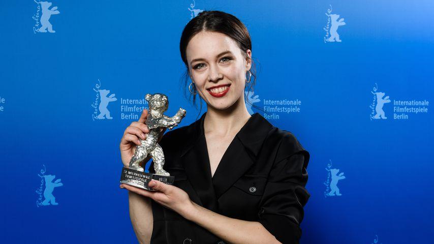 """Paula Beer mit einem Silbernen Bären für """"Beste Schauspielerin"""" bei der Berlinale 2020"""