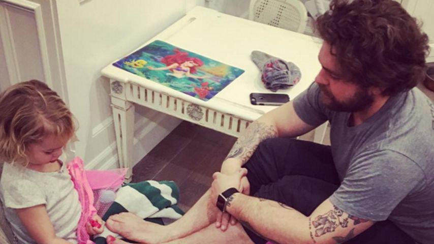 Pediküre-Pearl: Jack Osbourne bekommt pinke Nägel lackiert
