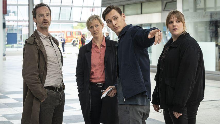 "Jörg Hartmann, Anna Schudt, Rick Okon und Stefanie Reinsperger im ""Tatort: Heile Welt"" 2021"
