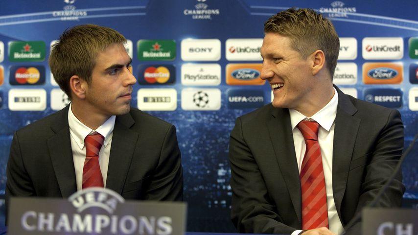 Philipp Lahm und Bastian Schweinsteiger bei einer Pressekonferenz 2009