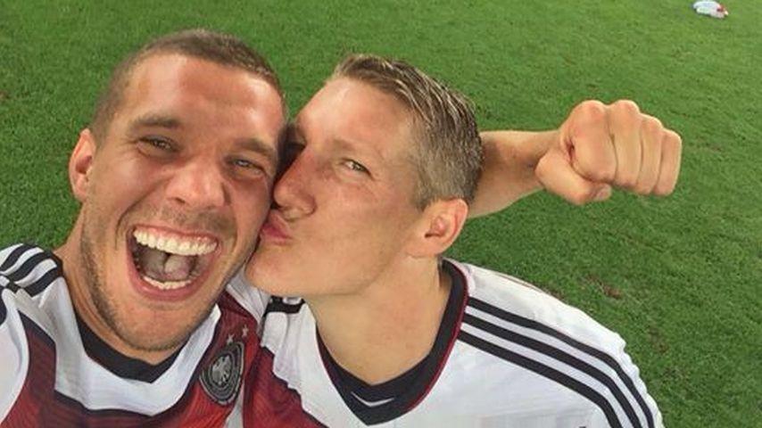 Lukas Podolski und Bastian Schweinsteiger nach dem WM-Sieg 2014