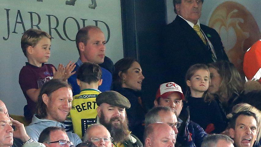 Prinz George, Prinz William, Herzogin Kate und Prinzessin Charlotte beim Fußball