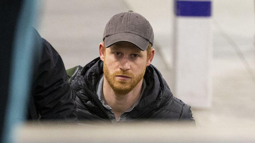 Betrübter Blick: Prinz Harry allein in Schottland angekommen