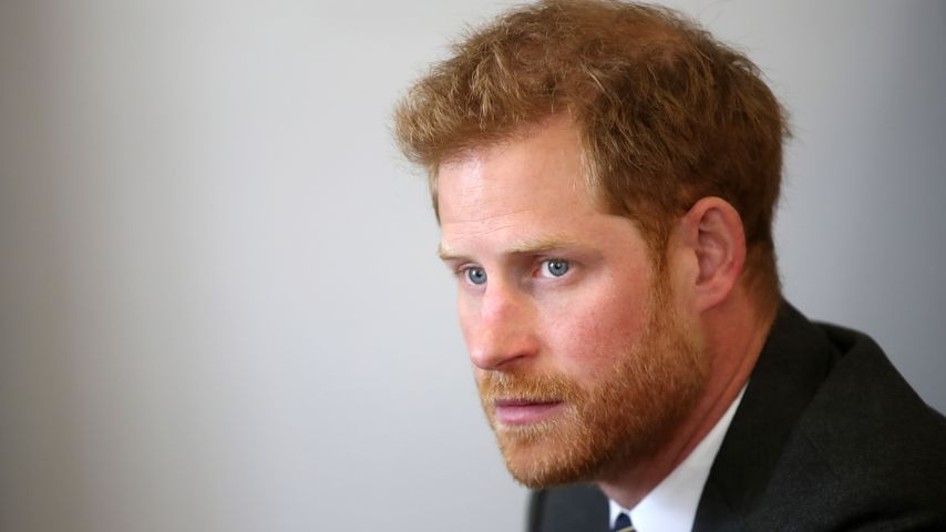 Vermisst er Meghan? Prinz Harry fummelt an Ehering herum!