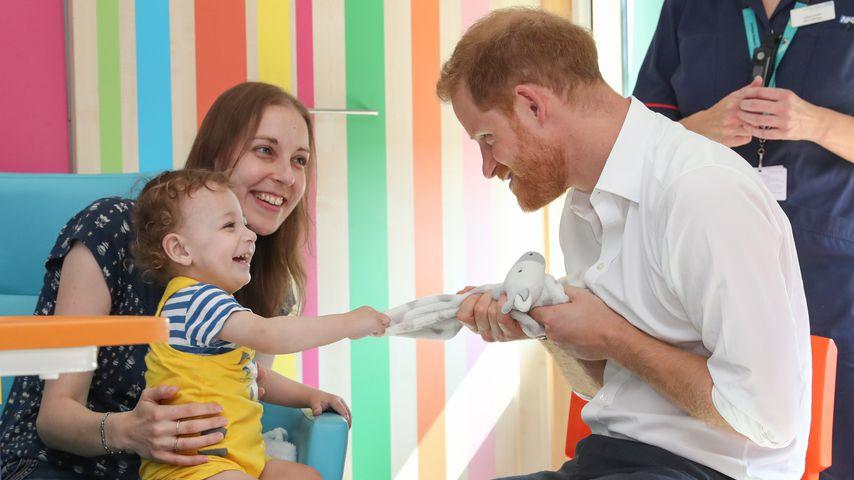 So verspielt und locker! Prinz Harry besucht Kinderklinik
