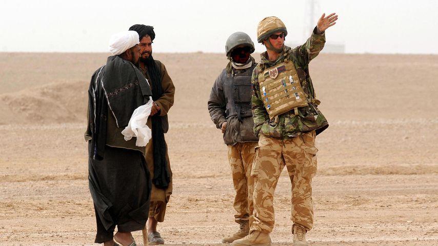 Prinz Harry (r.) im Gespräch mit Einwohnern, Afghanistan 2008