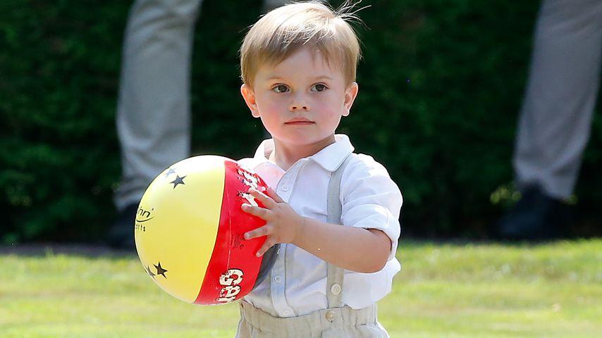 Fußball-Fan? Prinz Oscar tobt mit Deutschland-Ball herum!