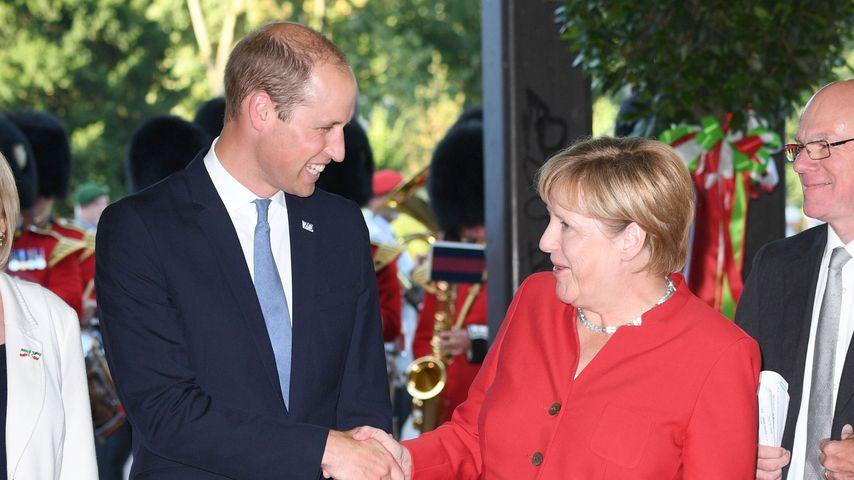 Prinz William und Angela Merkel bei der Verleihung des Fahnenbands an die 20th Armoured Infantry Br