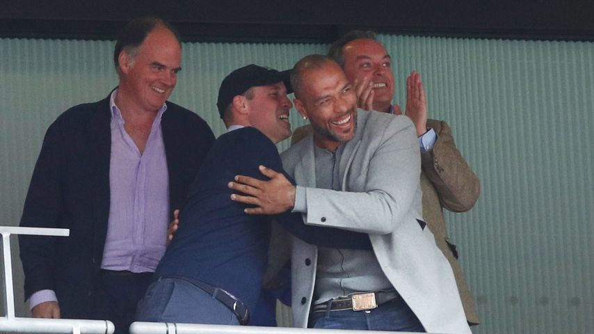 Prinz William und John Carew im Stadion