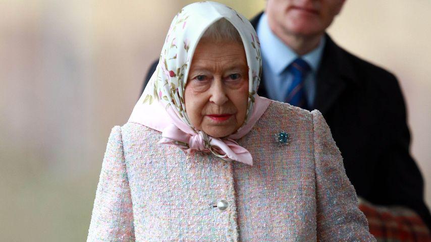Kalt? Queen Elizabeth II. dick eingemummelt am Bahnhof