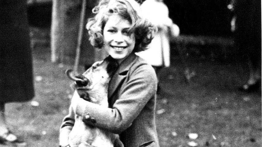 Queen Elizabeth II. mit einem ihrer Corgis