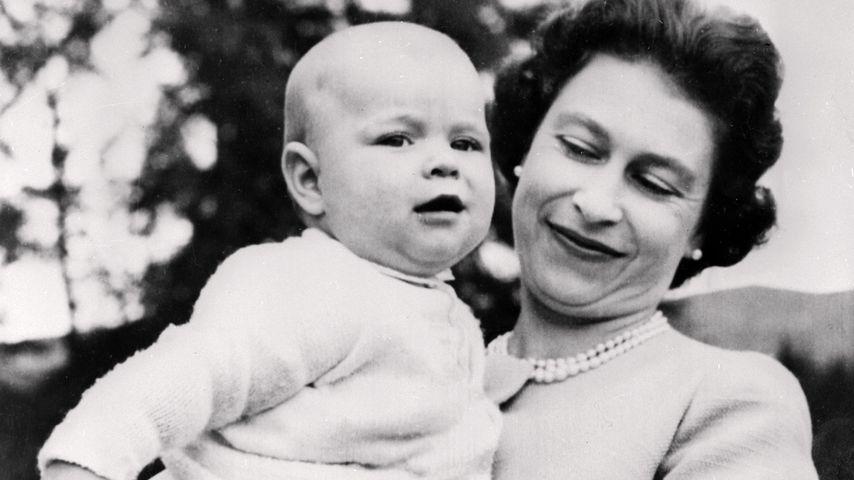 Queen Elizabeth II. mit ihrem Sohn Andrew, September 1960