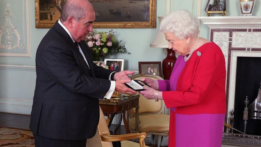 Queen Elizabeth II. mit Professor Mark Compton im Buckingham Palace, März 2020