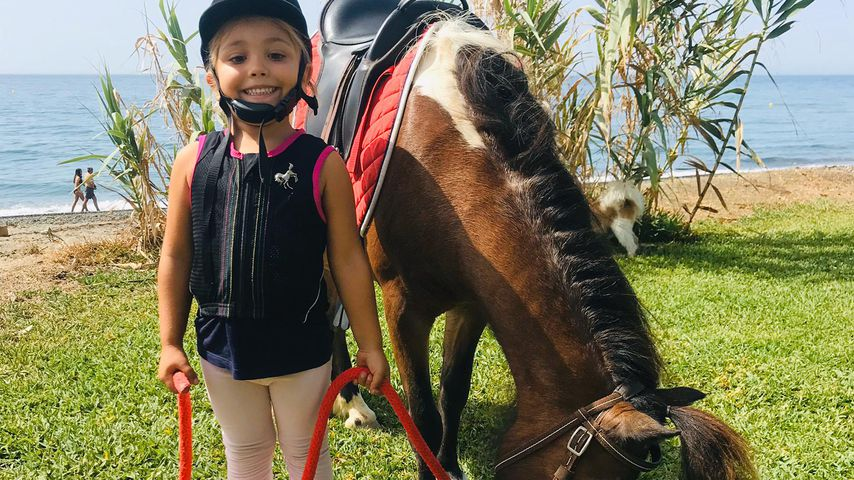 Rebecca Kratz' Tochter Alaia und ihr Pony