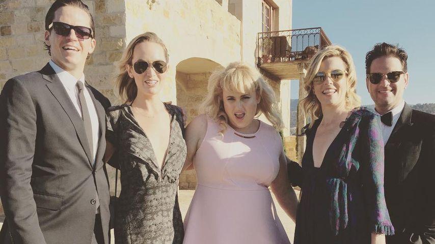 Schauspielerinnen Rebel Wilson und Elizabeth Banks auf der Hochzeit von Anna Camp